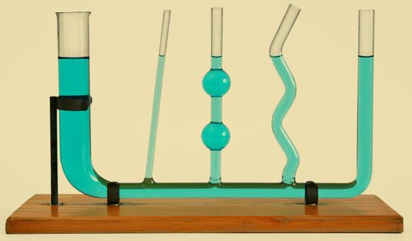 כל עוד הכלים מחוברים, מפלס המים יהיה זהה, בלי קשר לגודלם או לצורתם. חוק הכלים השלובים | צילום: Shutterstock