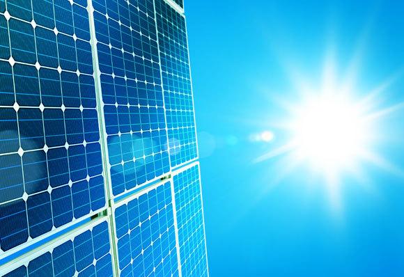 אנרגיה היא גודל פיזיקלי חשוב שמתבטא בצורות רבות, ואפשר להמיר אותן לתנועה. הפקת אנרגיה סולרית, מחום השמש | צילום: ssuaphotos, Shutterstock