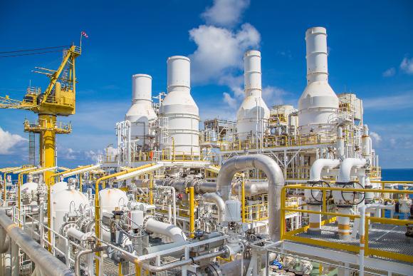 צינורות גז במתקן עיבוד על אסדה | צילום: Oil and Gas Photographer, Shutterstock