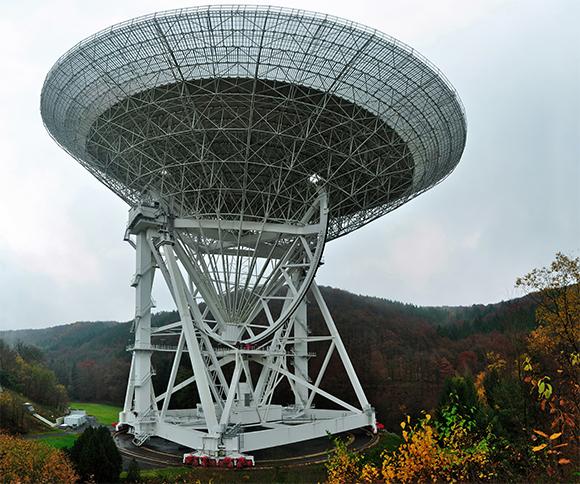 טלסקופ הרדיו המתכוונן באפלסברג, גרמניה, עם צלחת בקוטר מאה מטרים   צילום:  Alexander Kholodov, Shutterstock