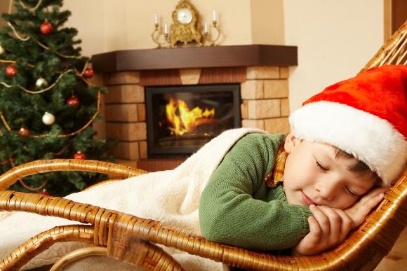 ولدٌ يرقدُ للنوم أمام الموقد. | تصوير: Pressmaster, Shutterstock