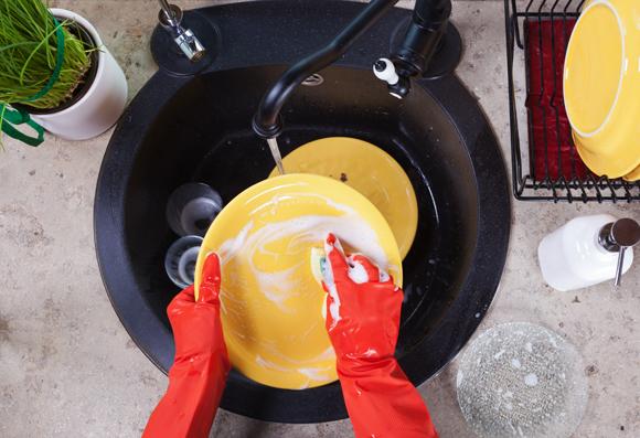 אדם שוטף צלחות בכיור | Shutterstock, Ilike