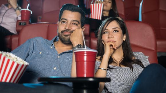 מה עושים כשהסרט משעמם במיוחד: עוזבים או מקווים שישתפר? זוג משתעמם בקולנוע | צילום: antoniodiaz, Shutterstock