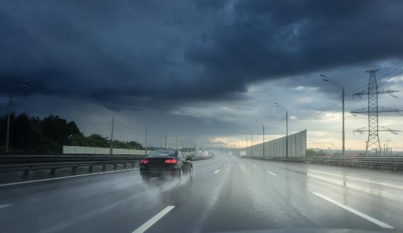 מכונית נוסעת בגשם | צילום: MakDill, Shutterstock