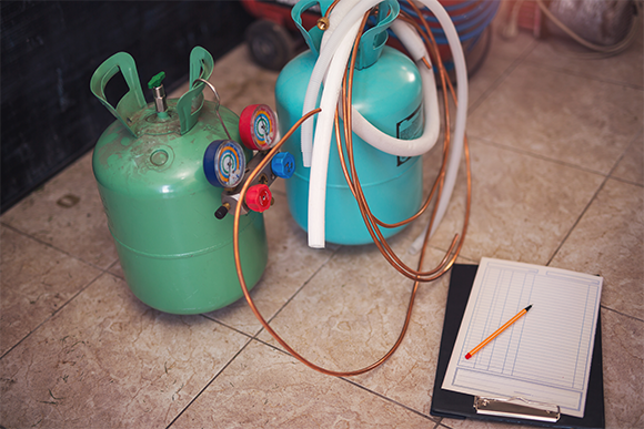 Gas tanks and pressure gauges, intended for fixing air conditioners | Image: adriaticfoto, Shutterstock