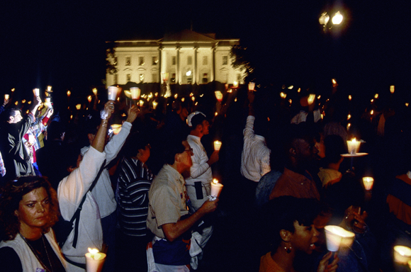 צועדים מחזיקי נרות בצעדה למען הפניית כספים לחקר HIV-איידס ב-1993, עוברים מול הבית הלבן, שבו ישב באותו זמן ביל קלינטון | Shutterstock, mark reinstein