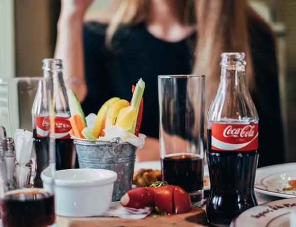 בקבוקי קולה על שולחן | Shutterstock