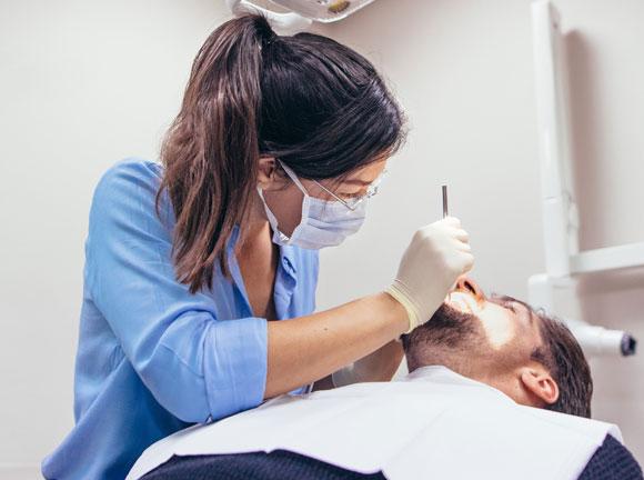 שיאנים ברישום אנטיביוטיקה מיותרת, אם כי המצב משתפר גם אצלם. רופאת שיניים | צילום: Shutterstock