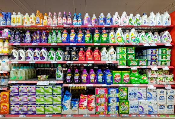 חומרי כביסה במרכול בהולנד | צילום: www.hollandfoto.net, Shutterstock