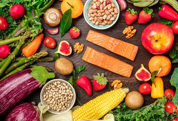 בתמונה: ירקות, פירות, קטניות ודגים | Plateresca, Shutterstock