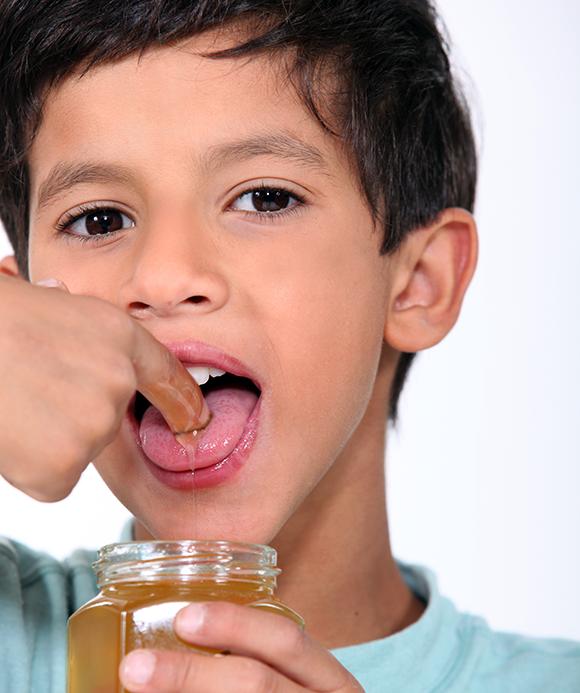 ילד טועם דבש   צילום: Phovoir, Shutterstock