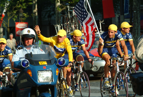 Lance Armstrong (im gelben Trikot) siegt bei der Tour de France 2004 | Foto: Marc-Pagani Photography, Shutterstock