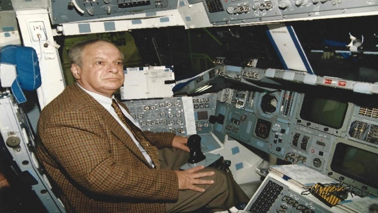 היה ממובילי המשימה של שיגור האסטרונאוט הישראלי הראשון. הר-אבן בסימולטור של מעבורת החלל | צילום: מרק כץ, סריקה מאלבומו של הר-אבן, באדיבות טל ענבר