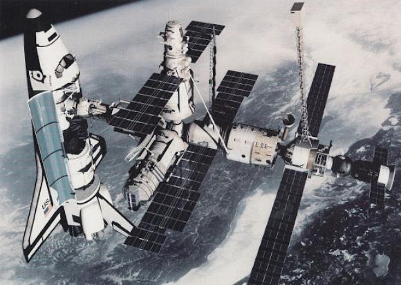 מעבורת החלל אטלנטיס עוגנת בתחנת החלל הרוסית, מיר | צילום: NASA