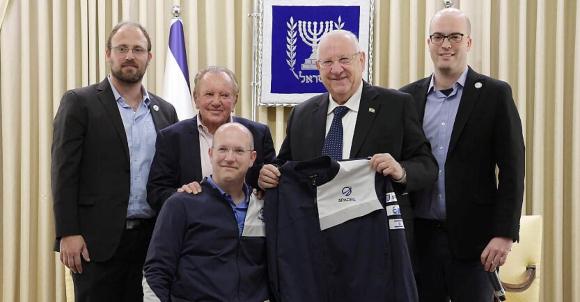 מוריס קאהן (שני משמאל) עם נשיא המדינה ראובן ריבלין ומייסדי SpaceIL כפיר דמרי (משמאל) יריב בש ויהונתן ויינטראוב | צילום: עמוס בן גרשום, SpaceIL