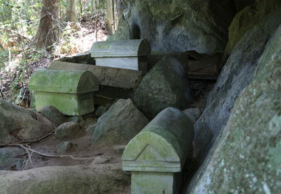 בטקס הקבורה השני המתים נקברים שוב – הפעם בארונות אבן, למנוחה אחרונה בהחלט | צילום: ליאת בן דוד