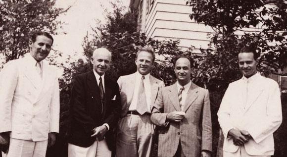 הקיץ האחרון יחד. חאודסמיט (משמאל) עם פרמי (במרכז) והייזנברג (שני מימין) במחנה הקיץ במישיגן | מקור: ארכיון פאולינג, אוניברסיטת אורגון